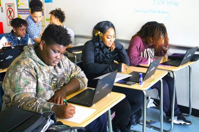 Photo: digital-dreamers | Students in technology class